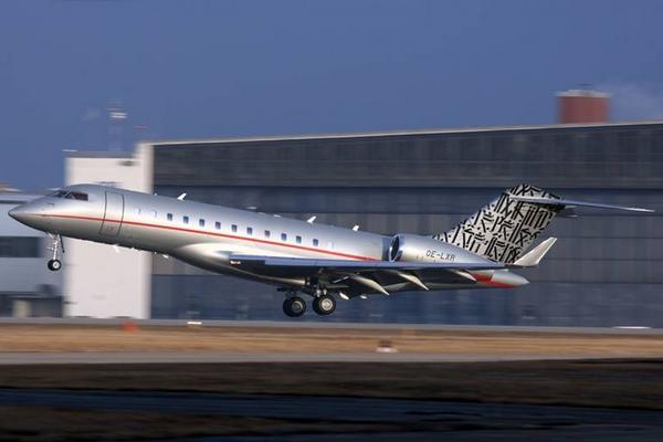 Aereo Privato Michael Jordan : Street artist retna commissioned to customize private jet